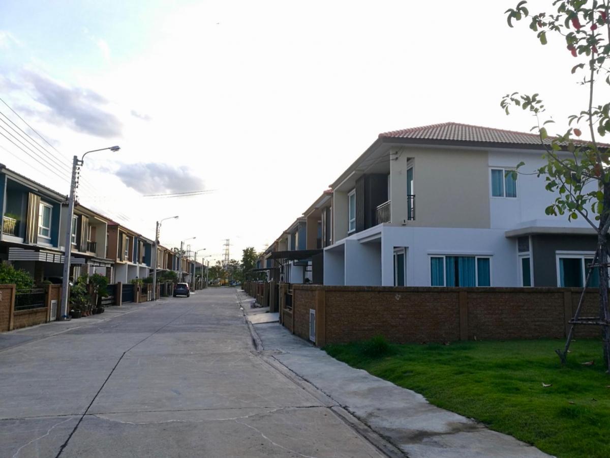 For SaleHousePattanakan, Srinakarin : House for sale, luxury house near Golden Village lake, On Nut-Pattanakarn, corner area, 45 sq m, built in, near Airport Link, Ban Thap Chang