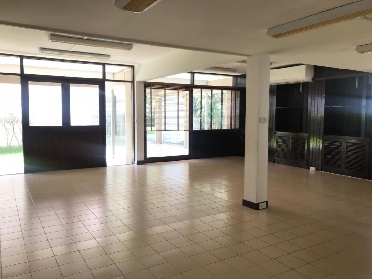 For RentHouseSukhumvit, Asoke, Thonglor : House office for rent in Soi Ekkamai 30 away from BTS Ekkamai station 2.6 km.
