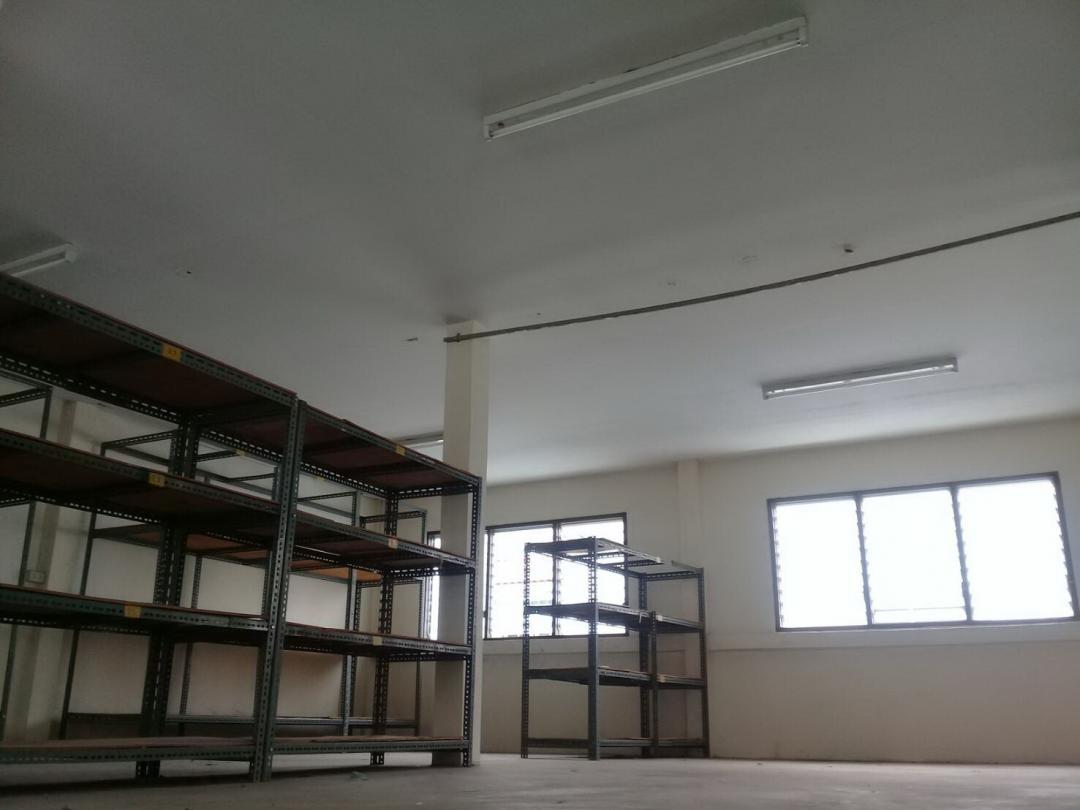 For RentShophouseWongwianyai, Charoennakor : Commercial building for rent Near BTS Krung Thon Buri