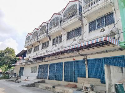For SaleHouseDaokanong,Bang Bon : Selling commercial buildings, 6 booths, 3.5 floors, the village of Dk, with a 2-storey worker room, the back corner of the canal, a lot of living space.