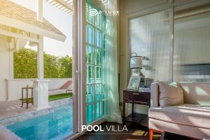 Sale DownCondoPattaya, Bangsaen, Chonburi : Grand Florida Beachfront Condo Resort Pattaya, a vacation condo on the beach without a road barrier. The most beautiful in Pattaya, starting price 2.8 million