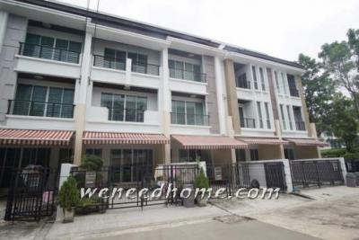 For SaleTownhouseThaphra, Wutthakat : Loss for sale Townhome, Baan Klang Muang, Sathon-Taksin 2, Model 23, 3 bedrooms, built-in, very beautiful.