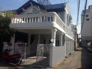 For RentHouseRatchadapisek, Huaikwang, Suttisan : For rent 2 storey townhouse renovated in-out about 50 meters near MRT Sutthisan Huai Khwang