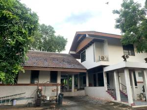 For SaleHouseThaphra, Wutthakat : House for sale with a large beautiful garden, next to the canal, at night, with fireflies, good location, no traffic jams, income from renting a movie, parking for 10 cars, comfortable, the atmosphere is very suitable for detention. On Kanlapaphruek Road,
