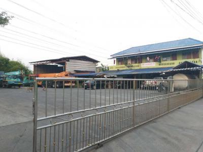 ขายที่ดินสำโรง สมุทรปราการ : ที่ดินผังสีม่วง พร้อมสิ่งปลูกสร้าง เป็นโกดังจอดรถเครน บนถนนเทพารักษ์ ขาเข้า กม. 20 เขัาซอยไทยประกันเมน 3 ซอย 36