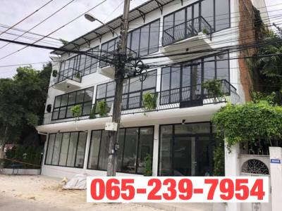 For SaleShophouseSukhumvit, Asoke, Thonglor : Quick sale 4 bedroom commercial building, Sukhumvit 71 suitable for restaurants and offices.