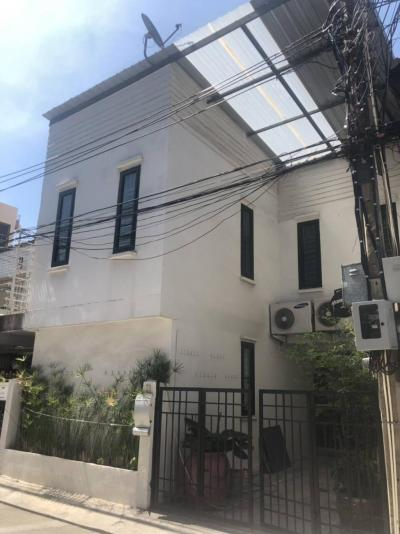 For SaleTownhouseSukhumvit, Asoke, Thonglor : Townhouse Ekkamai soi 2 18mil 500m to BTS Ekkamai Call/Line: Am 0656199198