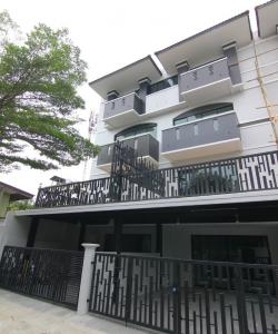 For SaleHouseRatchadapisek, Huaikwang, Suttisan : 4-story townhome for sale, Soi Ladprao 41 Corner