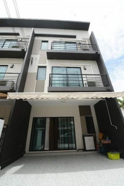 For SaleTownhouseKaset Nawamin,Ladplakao : Sale  Owner lose almost 1 million Town Home Baan Klang Muang Nawamin 42 Corner house 3 storey -3 BR Fully Furnished