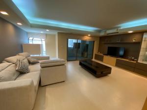 เช่าคอนโดสุขุมวิท อโศก ทองหล่อ : 45,000 THB จาก 55k @รอยัล คาสเซอร์ สุขุมวิท 39 - (3 ห้องนอน 4 ห้องน้ำ) + 1 ห้องแม่บ้าน - 190 ตรม คอนโดใกล้ บีทีเอสพร้อมพงศ์