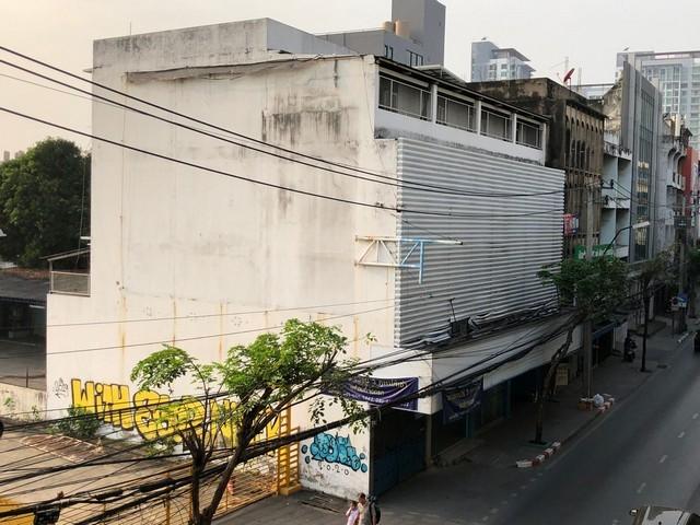 For RentShophouseRangsit, Patumtani : Commercial building for rent 4 floors, near BTS Punnawithi, Sukhumvit Road, can park about 20 cars