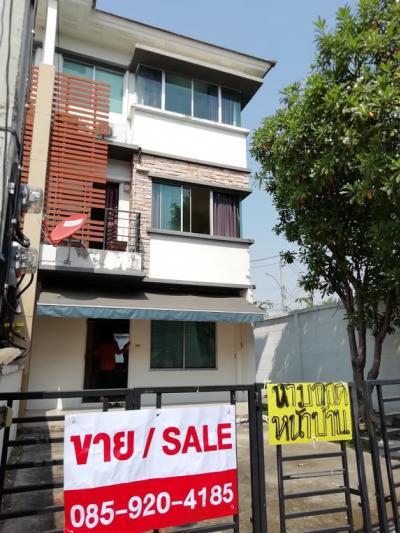 For RentTownhousePattanakan, Srinakarin : Sell / rent 22,000 3-story townhome, Townplus Rama 9 village, 37th corner behind Tassanee very good view, garden view around the house.