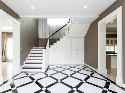 เช่าบ้านบางนา แบริ่ง : SH190037 นาราสิริ บางนา การออกแบบ Double Volume สร้างความโอ่โถงให้กับตัวบ้าน จากชั้นล่างสู่ชั้นบน