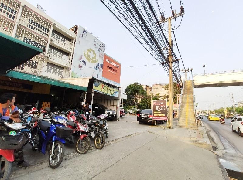 For SaleShophouseRamkhamhaeng Nida, Seri Thai : Shophouse for sale, commercial building, next to Seri Thai Road, Soi 31, height 3 and a half floors, 32.2 sq.wa., parking available, Bueng Kum District, Bangkok.