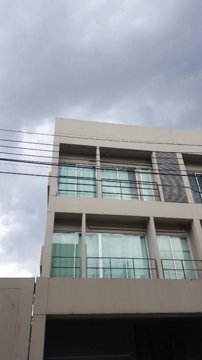 For SaleTownhousePattanakan, Srinakarin : 3-story townhome for sale, Noble Cube Phatthanakan on the main road, suitable for home office, after the largest corner