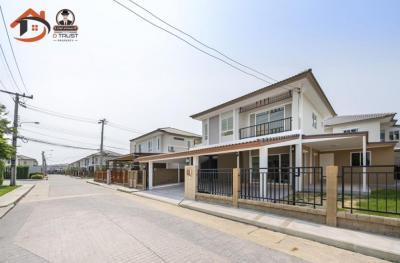 For SaleHouseSamrong, Samut Prakan : 2-storey detached house for sale, Passorn Pride Srinakarin-Thepharak. At the beginning of the project in front of the house, next to the Club House
