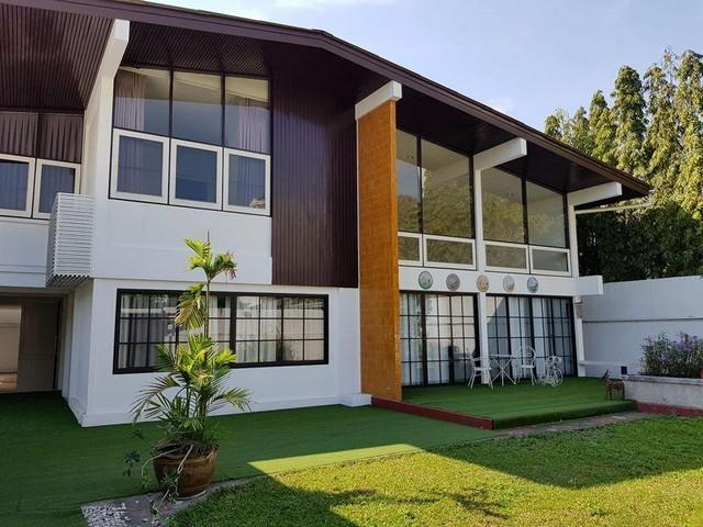 ขายบ้านสุขุมวิท อโศก ทองหล่อ : ขายบ้านเดี่ยว2ชั้นย่านสุขุมวิทใกล้ BTS เอกมัยซอยเอกมัย 10 ห้องนั่งเล่นเพดานสูง