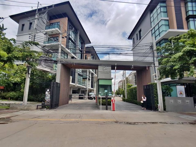For SaleTownhousePattanakan, Srinakarin : 3-story townhome for sale, Premium Place Sukhonthasawat, 27, built-in decoration, beautiful, very new condition, facing south