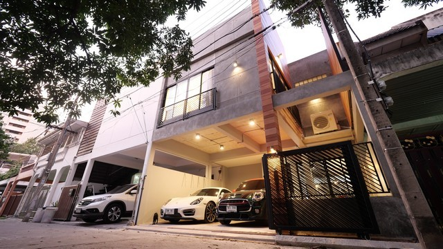 For RentTownhouseSukhumvit, Asoke, Thonglor : 2-story townhome for rent, Sukhumvit 49, fully furnished, modern modern style near BTS Phrom Phong and BTS Thong Lo