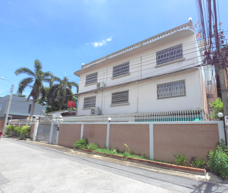 For SaleHousePinklao, Charansanitwong : Large detached house for sale, 5 bedrooms, good condition. Parking for 2 - 6 cars, Soi Suan Phak 31, near the red train. Bang Sue-Taling Chan