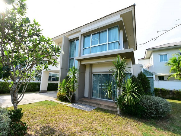 For RentHousePattaya, Bangsaen, Chonburi : For rent, 2 storey detached house, area 123 square wa, 3 bedrooms, 3 bathrooms, air conditioning, fully furnished, near Suan Suea, Sriracha District, Chun Buri Province. If interested, contact Khun Duan 086-367-4148.