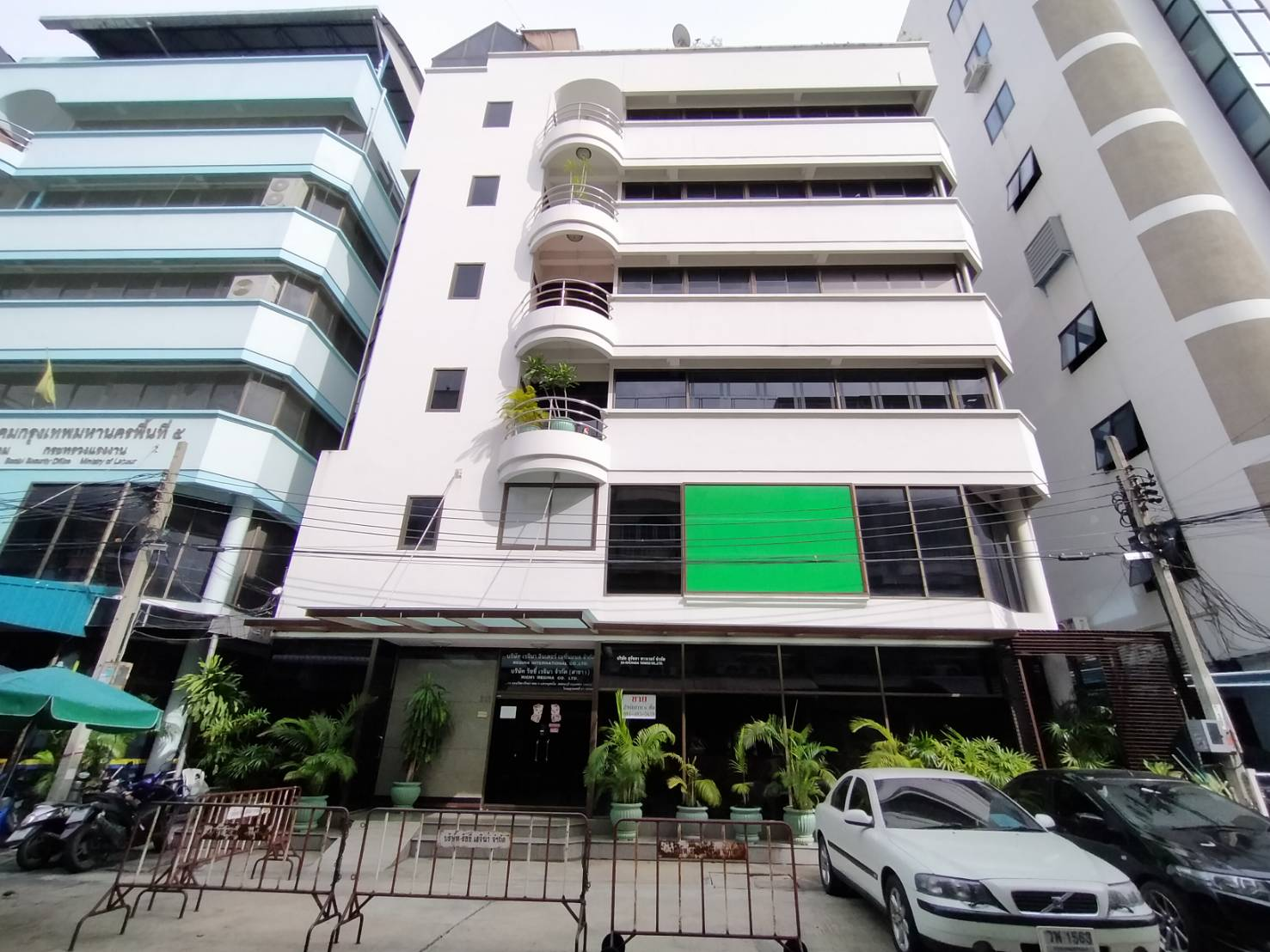 For SaleShophouseWongwianyai, Charoennakor : Sell office building Ratchada-Tha Phra Rd. Beautiful decoration, good location