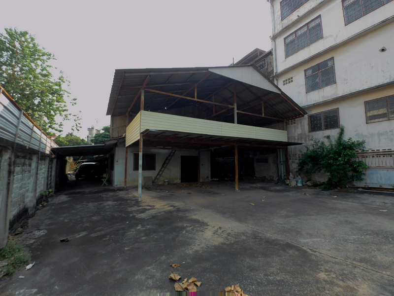 For RentWarehouseRatchadapisek, Huaikwang, Suttisan : For Rent : Commercial Building and parking area at the Pracha Uthit, Meng Jai Junction.