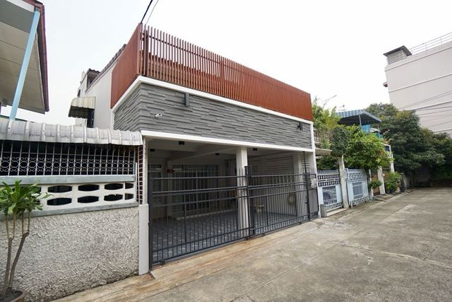For RentTownhouseRatchadapisek, Huaikwang, Suttisan : HR495 New 3-story townhouse for rent, in the village of Charoen Charoen, Ratchada 3, suitable for home office