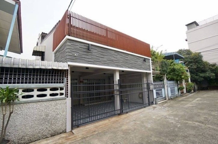 For RentTownhouseRatchadapisek, Huaikwang, Suttisan : Rent 3-storey townhome behind Ratchadaphisek Soi 3, near MRT Rama 9, in the heart of the business district Fully furnished, air conditioner in the back, 6 units