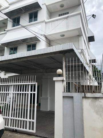 For RentHouseRatchadapisek, Huaikwang, Suttisan : 3-storey house for rent in Meng Chai area. Near the embassy of Bhutan, able to register office