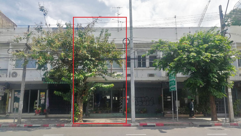 For SaleShophouseWongwianyai, Charoennakor : 2-storey commercial building for sale on the Isarapap Road