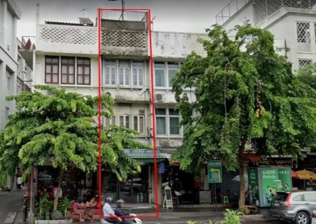 For RentShophouseSilom, Saladaeng, Bangrak : 4-storey commercial building for rent, next to Silom Road, opposite the busy pedestrian temple Near BTS Chong Nonsi