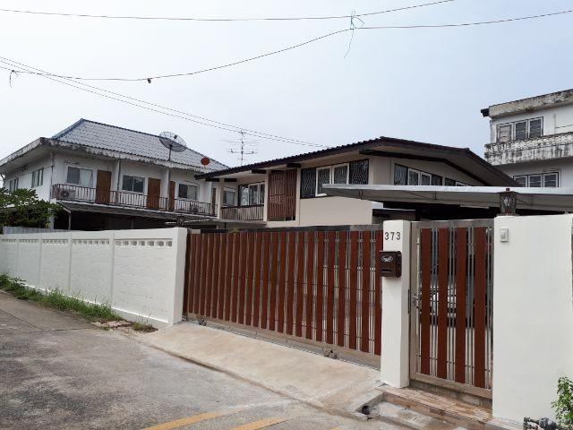For RentHouseSapankwai,Jatujak : RHT325 House for rent 2 Floor Soi Phahonyothin 44 Near the BTS station (Forest Department Station)