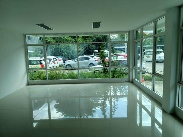 For SaleShophouseKaset Nawamin,Ladplakao : 5-storey office building for sale near the expressway Nuanchan District There is a compartment for entering the elevator.
