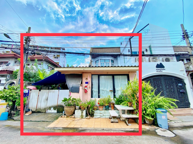 For SaleLandRatchadapisek, Huaikwang, Suttisan : [[Land for sale plus a corner house and 13 rooms for rent]] 138 Soi Ratchadaphisek 18