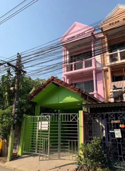 For SaleTownhouseKasetsart, Ratchayothin : BS093 Sale and Rental 3-storey townhome Soi Phaholyothin 59 Only 250 meters away from the entrance of the alley near the BTS, there are 6 bedrooms, 4 bathrooms.
