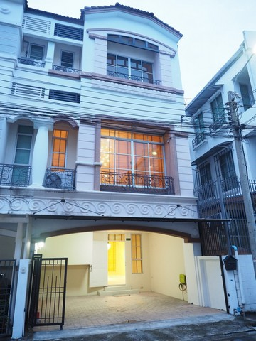 For RentTownhouseYothinpattana,CDC : RT425 3-storey townhome for rent, behind the corner of the village in the middle of the city, Lat Phrao - Yothin Phatthana, near Central EastVille.