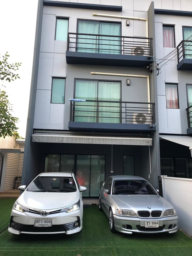 For RentTownhouseLadkrabang, Suwannaphum Airport : HR523 3-storey townhome for rent, Baan Klang Muang, Rama 9-On Nut, behind the corner, fully furnished.