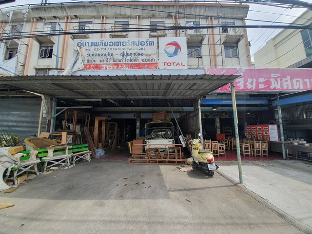 For SaleShophouseBangna, Lasalle, Bearing : BB955 Selling 2 pairs of shophouses, looking for next to the main road, Bangna-Trad Km.10, the price is only 22 million baht.