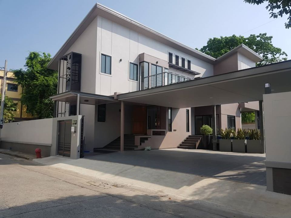 For RentHouseNana, North Nana,Sukhumvit13, Soi Nana : Rental : Luxury House Sukhumvit 39 , Prompong BTS , 3 bed 4  bath with Swimming Pool , 3 Parking Lot , 625 sqm