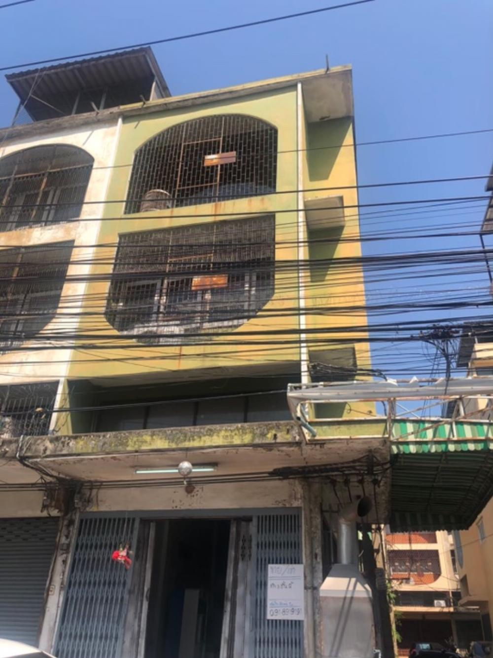 For RentShophouseSukhumvit, Asoke, Thonglor : Commercial building, Sukhumvit 67, near BTS Phra Khanong, interested in renting 50,000 baht, joy 0869039969.