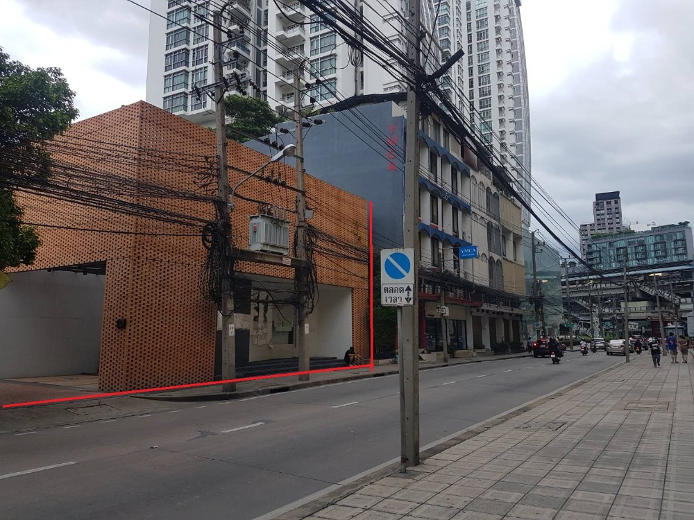 For RentShophouseSukhumvit, Asoke, Thonglor : For Rent Showroom Sukhumvit 42, only 50 meters to BTS Ekkamai, suitable for conversion to a restaurant, clinic or office with 3 parking spaces.