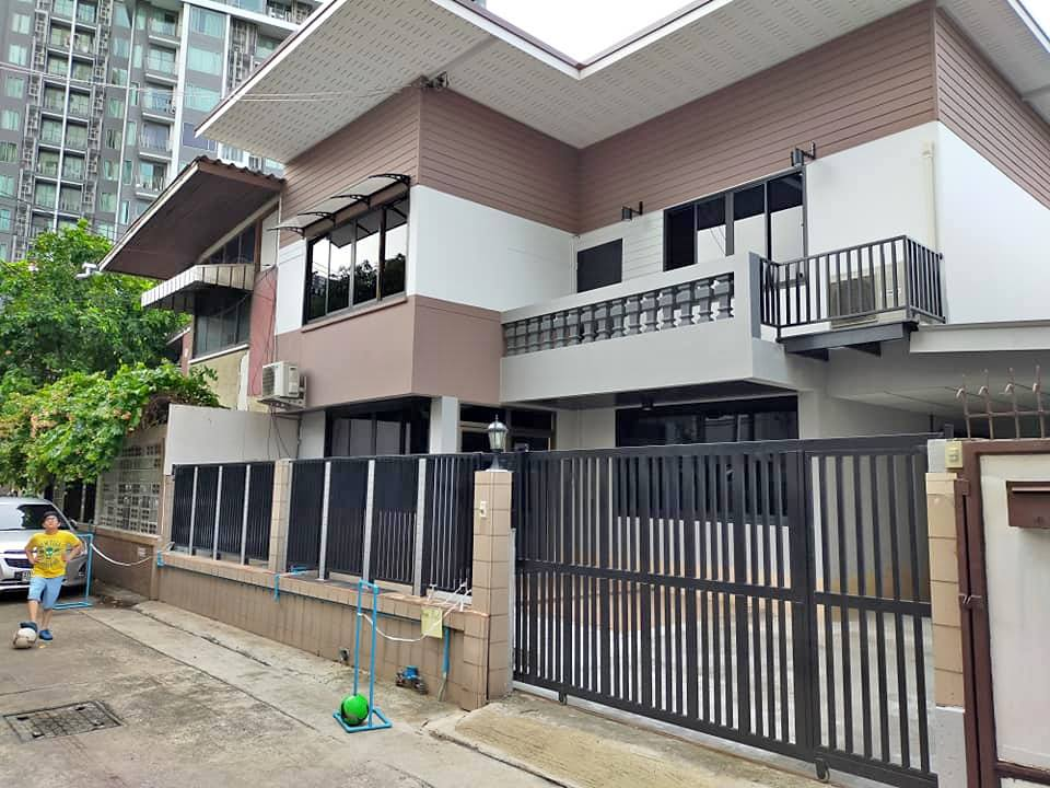 For RentHouseSukhumvit, Asoke, Thonglor : For Rent 3 bedroom single house, Ekamai 12, newly renovated, suitable for living Or is it an office