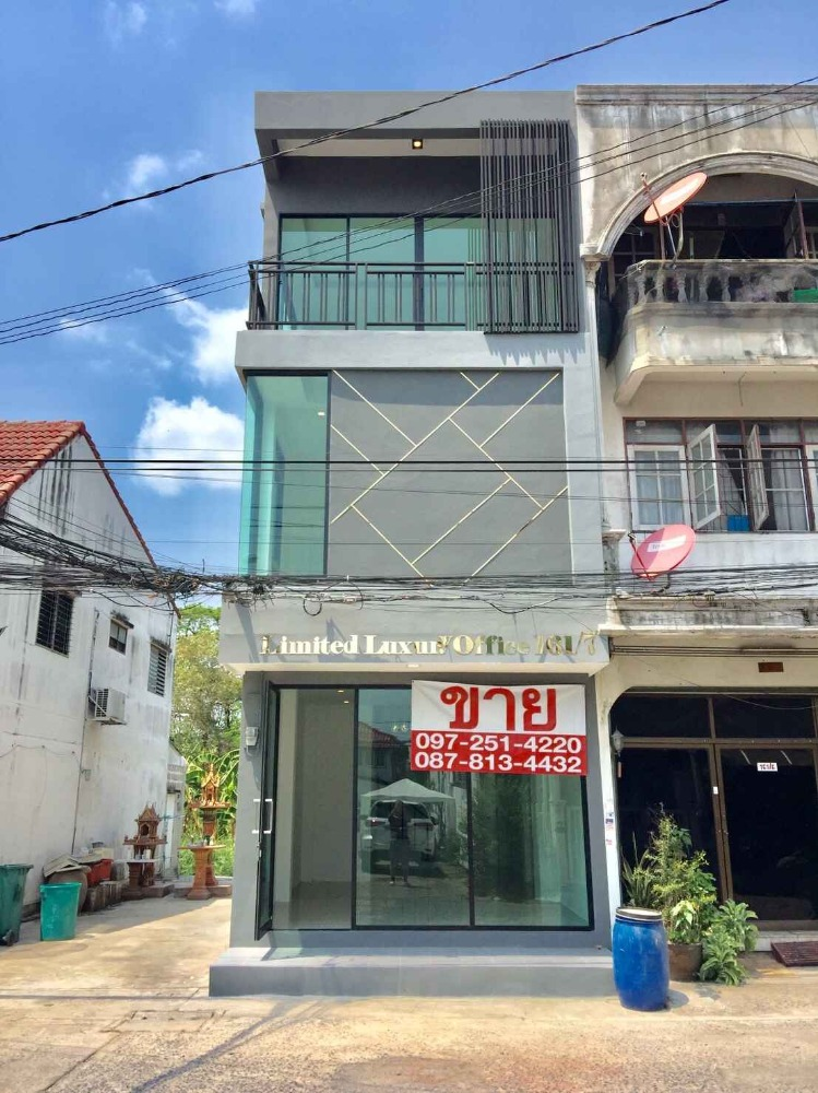 For SaleShophouseKaset Nawamin,Ladplakao : Modern home office building for sale, near the train and expressway on Ramindra Road, Lat Pla Khao, very cheap.