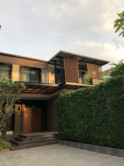 For RentHouseSukhumvit, Asoke, Thonglor : Rent and sale 2-storey detached house With a swimming pool, Sukhumvit 65 Pridi Banomyong 4, area 121 Tarawa, has 4 bedrooms, 4 bathrooms, near BTS Phra Khanong and airport link, rent 170,000 baht, sell 45 million.