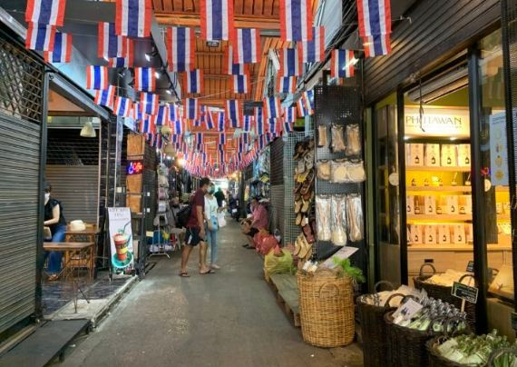 For RentRetailSapankwai,Jatujak : Urgent for rent at Chatuchak Weekend Market, Project 7, entrance to Gate 2, near MRT Chatuchak, BTS Mo Chit