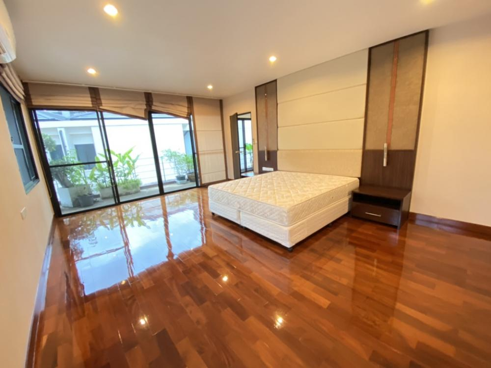 For RentTownhouseSukhumvit, Asoke, Thonglor : Townhome with swimming pool for Rent 85K. (At Sukhumvit 24) 230 Sq.M 3bed2bath + 1maidroom #Please Contact Khun Yent 090 661 6656 # LINEID ayenthappy HR 56899