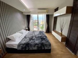 เช่าคอนโดอ่อนนุช อุดมสุข : Condo low rise for rent :  1 Bedroom 1 Bathroom with bathtub for 58 sqm.On 6th floor with nice decorated and big balcony. Fully furnished and electrical appliances Just 750 m. to BTS Onnut with free shuttle bus