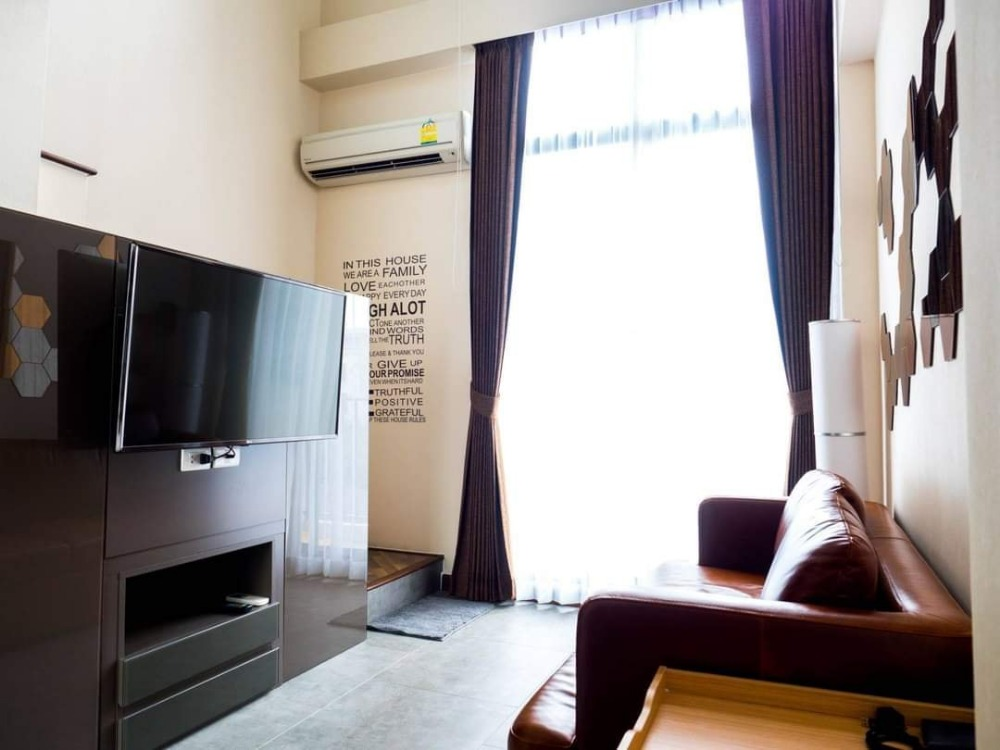 For RentCondoBangna, Lasalle, Bearing : Room for rent: Beyond Sukhumvit (BTS Bangna) for rent, Beyond Sukhumvit condo, low rise building, both high-rise buildings, not more than 8 floors, the room for rent on the 5th floor, the balcony view is city view.