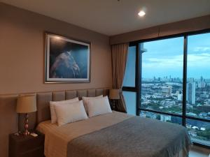 For RentCondoSukhumvit, Asoke, Thonglor : Luxury condo, unbeatable view (river+city+sunset) Rhythm Sukhumvit 42, next to BTS Ekkamai skytrain next to Gateway department store, 49sqm, 1bed, 1.5baths, west side, 1min walk to BTS Ekkamai, next to Gateway Ekkamai, fully furnished, ready to move